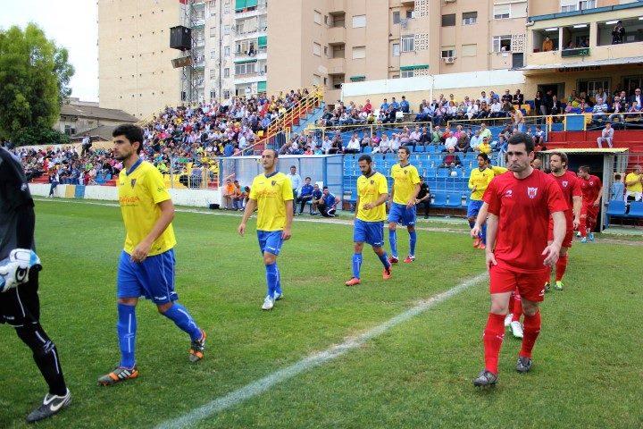 El Orihuela (de amarillo) sale al campo para medirse con el Izarra en Los Arcos / Manuel Pacheco
