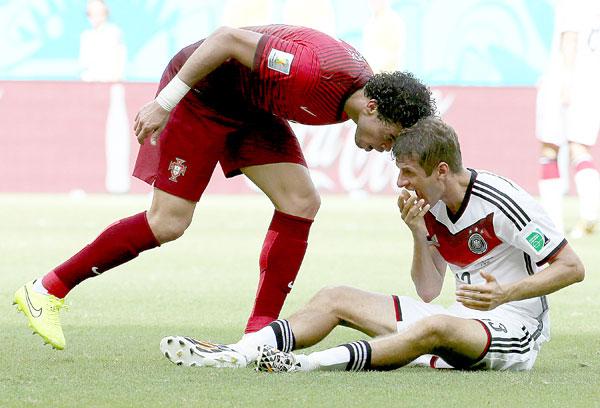 Momento del cabezazo de Pepe a Müller. / EFE