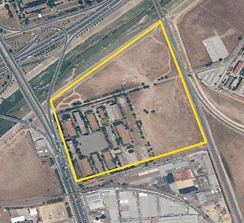 Cuartel de Caballería con los terrenos por desarrollar. / El Correo