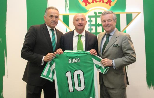 Manuel Domínguez Platas (derecha) anuncia rebajas en los abonos / Real Betis