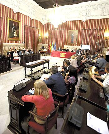 Un momento del pleno extraordinario celebrado ayer en el Consistorio sevillano. / Pepo Herrera