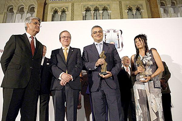 Félix G. Modroño (c), con el premio. / Pepo Herrera