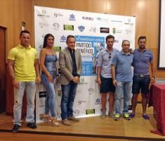 Futbolistas y artistas, junto al alcalde, durante la presentación.