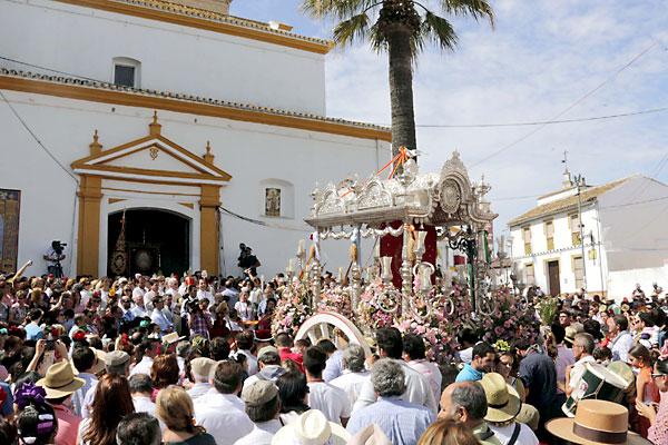 Presentación de la hermandad de La Puebla del Río ante Villamanrique. / Foto: José Luis Montero