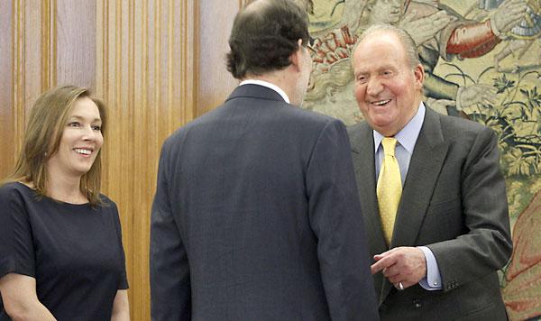 El rey Juan Carlos conversa con el presidente del Gobierno, Mariano Rajoy (c), y su esposa, Elvira Fernández. / EFE/Javier Lizon