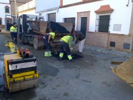 Trabajadores de Limancar realizando labores de reasfaltado en Carmona. Foto: Alberto Méndez