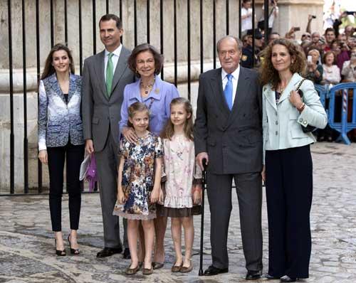 Fotografía de archivo (20/04/2014) de los Reyes de España, Juan Carlos y Sofía, posando junto a los Príncipes de Asturias con sus hijas, Leonor y Sofía, y la infanta Elena (d), a su llegada a la catedral de Palma de Mallorca. Foto: EFE