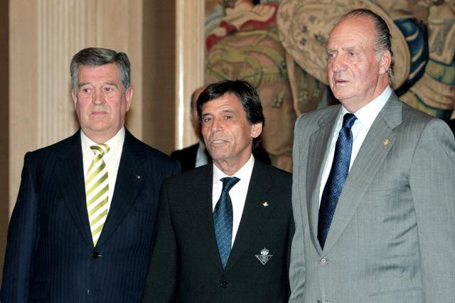 Pepe León y Paco Chaparro, con el monarca en la recepción del Centenario, en 2008 / EFE