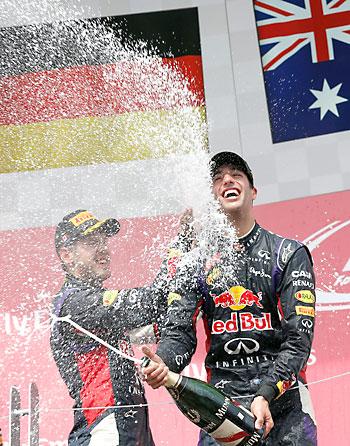 Daniel Ricciardo celebra el triunfo con Sebastian Vettel. / EFE