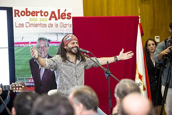 Homenaje del SevillaFC a Roberto Alés. / Foto: Carlos Hernández