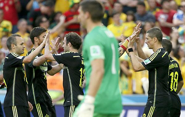 El delantero español Fernando Torres (d) celebra con varios compañeros el gol marcado ante la selección australiana. / EFE
