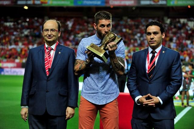 Sergio Ramos besa el trofeo que le entregó el Sevilla el pasado sábado / Kiko Hurtado