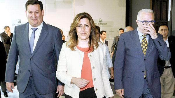 La presidenta de la Junta con el presidente de Cepes-A, José María Algora, y el consejero de Economía / Raúl Caro (EFE)