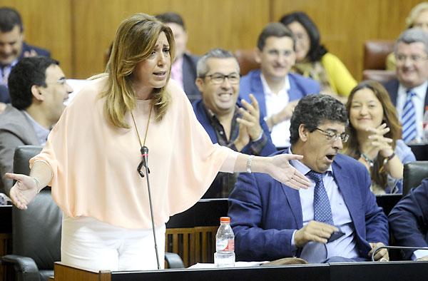 La presidenta de la Junta de Andalucía, Susana Díaz durante su intervención en la sesión de control en el Parlamento de Andalucía. / Raúl Caro (EFE)