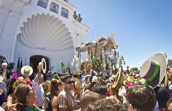 El Simpecado de la Hermandad de Triana (Sevilla) se para ante la ermita de la Virgen del Rocío, durante la tradicional presentación de hermandades. / Julián Pérez (EFE)