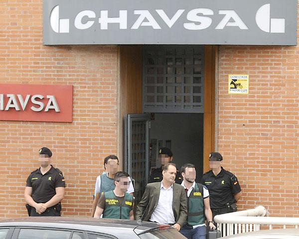 La Guardia Civil conduce a uno de los detenidos dentro de la operación que se ha saldado con diez detenciones por el caso que investiga las presuntas facturas falsas de UGT sobre fondos de formación. EFE/Raúl Caro