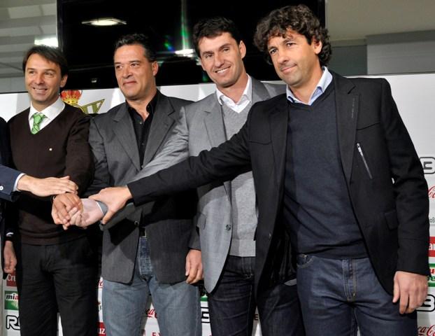 Emilio Vega, a la derecha, el día que se presentó la dirección deportiva liderada por Vlada Stosic