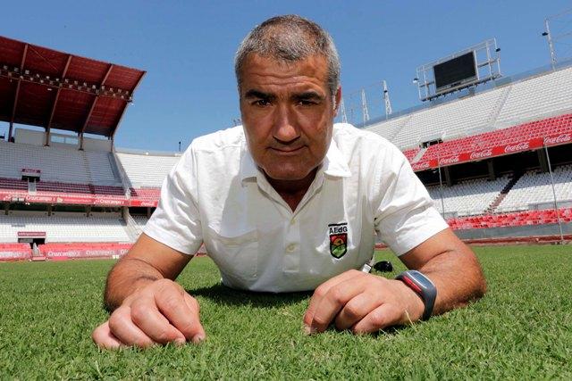 Carlos Venegas, responsable del estado del césped del Sánchez-Pizjuán y la ciudad deportiva, en el estadio de Nervión. / José Luis Montero.