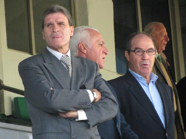 Javier López (derecha), junto a Biosca y Bizcocho en el palco del Villamarín / El Correo