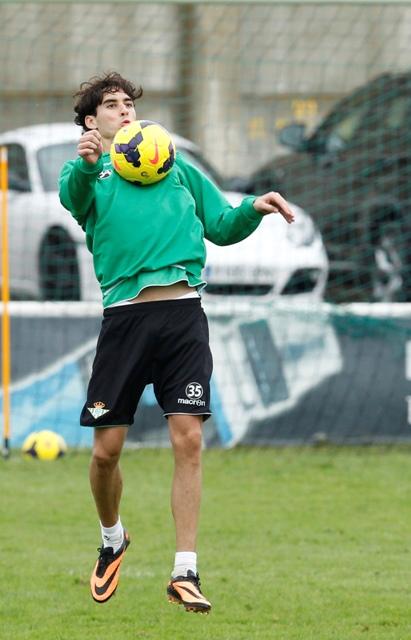 Eder Vilarchao controla la pelota en un entrenamiento en la ciudad deportiva / Ramón Navarro