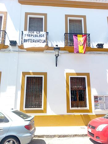 Imagen del balcón lateral del Ayuntamiento con la bandera y la pancarta. / EL CORREO
