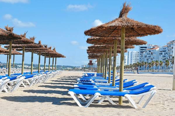La playa de Valdelagrana en El Puerto de Santa María es una playa con el distintivo de Bandera Azul. / Laura López