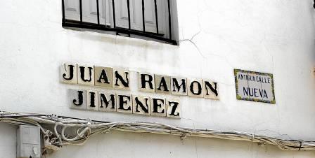 Una de las calles principales en el paseo literario por Moguer.