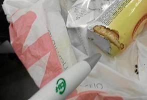 Una paquete de galletas mordisqueado por los ratones. / El Correo