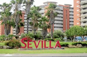 Polémico rótulo de bienvenida a Sevilla de la rotonda de la Venta de Antequera.