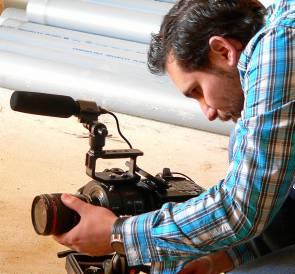 Pablo Romero maneja la cámara durante el rodaje. / El Correo