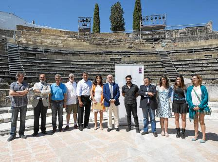 El consejero de Educación,Cultura yDeporte,Luciano Alonso, presentó ayer el ciclo en el TeatroRomano de Itálica. / J.M.Paisano
