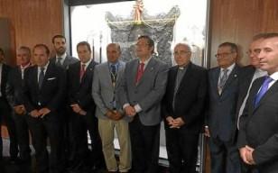 El presidente de la Matriz y el obispo de Huelva –en el centro–, anoche en la apertura del museo rociero.