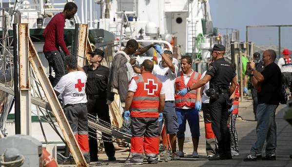 Efectivos de Salvamento Marítimo y la Guardia Civil trasladan al puerto de Almería a 23 inmigrantes, entre ellos tres mujeres y dos bebés. / Carlos Barba (EFE)