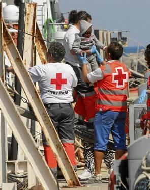 Entre los tripulantes había tres mujeres y dos bebés. / Carlos Barba (EFE)