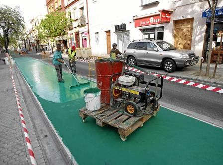 La avenida de la Cruz Roja perdió las plazas de aparcamiento cuando se construyó el carril bici. / Javier Cuesta