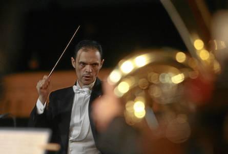 Francisco Javier Gutiérrez, batuta en mano, al frente de la Orquesta Sinfónica Municipal de Sevilla. / Javier Díaz
