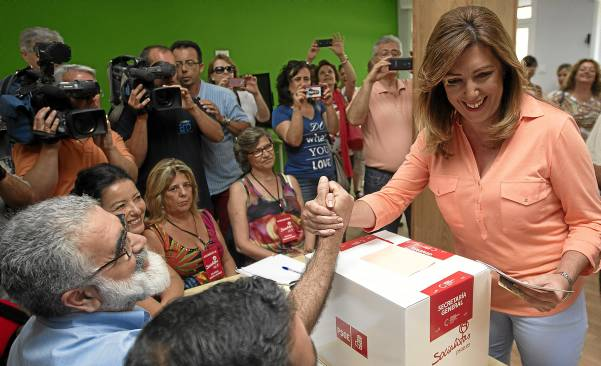 Susana Díaz saluda a un militante al votar, en la mañana de ayer, en su agrupación de Triana. / José Manuel Vidal (EFE)