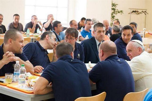 Francisco se sentó con empleados de la Santa Sede. Foto: twitter.com/oss_romano