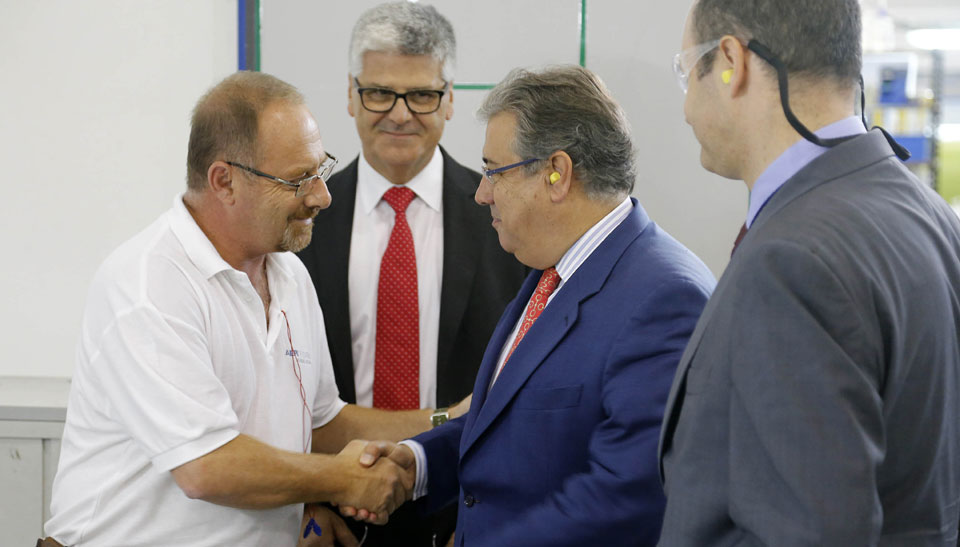 El alcalde saluda a Antonio del Castillo, padre de Marta del Castillo, empleado de Aeronova.