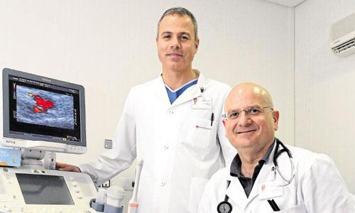 Marco Toschi y Jose Manuel Navarro Pando, en una de las salas del Bionc, en el Hospital Victoria Eugenia. / Foto: J.L.Montero