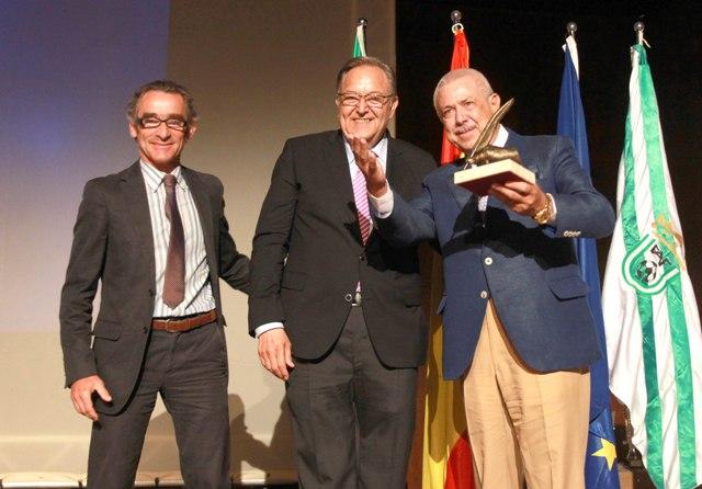 Antonio Morera, presidente del grupo Morera&Vallejo, recibe el premio de manos de Eduardo Herrera, presidente de la Federación Andalucía de Fútbol. / Tolo Parra.