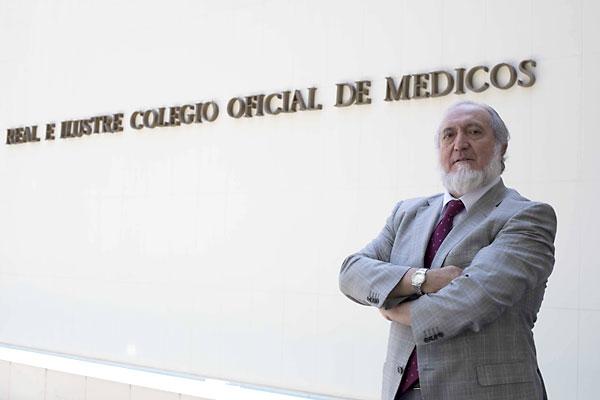 El presidente del Colegio Oficial de Médicos de Sevilla, Juan Bautista Alcañiz, posa junto a la fachada principal de la sede colegial. / J.M.Paisano