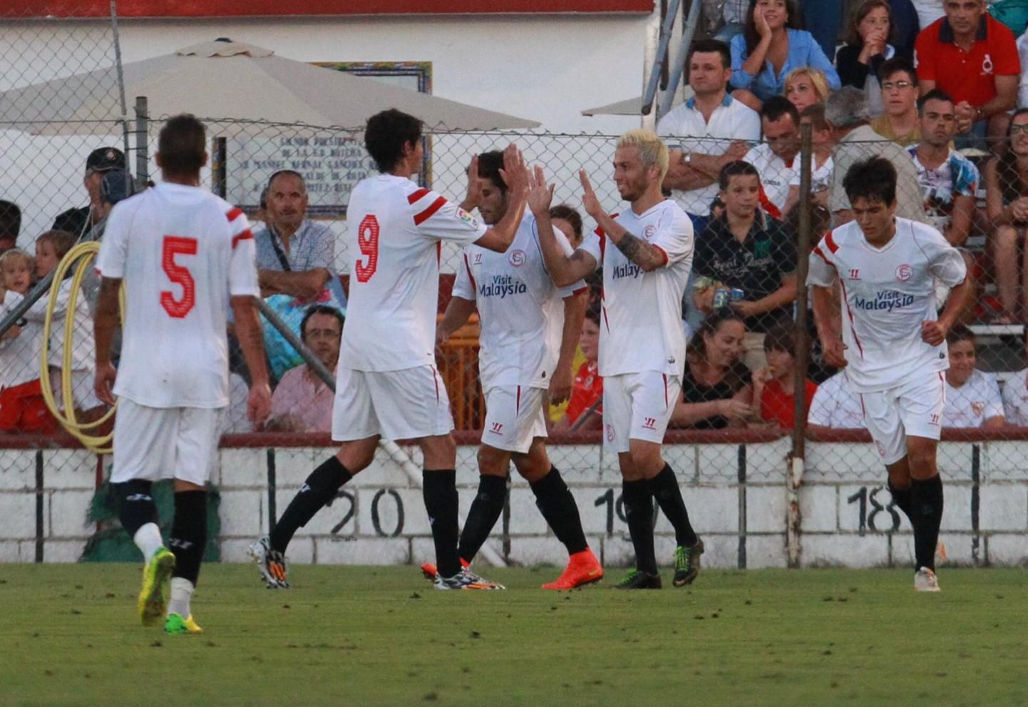 Cicinho celebra con sus compañeros el gol que metió en Rota (Foto: Tolo Parra)