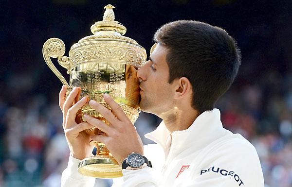 Novak Djokovic, con el trofeo de ganador. / EFE