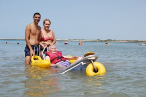Un auxiliar de la Asociación La Gaviota haciendo una inmersión junto a un familiar. Foto: Laura López