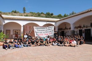 Trabajadores y alumnos durante la sentada en el patio de la sede de cerámica de la escuela Della Robbia.