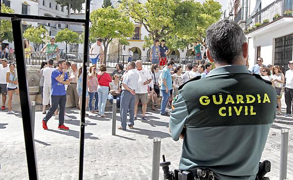 Los vecinos volvieron a concentrarse ayer a las puertas del Ayuntamiento y abuchearon al alcalde que salió tras dar una rueda de prensa. / José Manuel Vidal (EFE)
