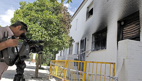 Una de las viviendas quemadas en la barriadas de los Poetas de Estepa despues de los incidentes ocurridos este sábado. EFE/José Manuel Vidal