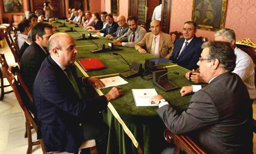 Los hosteleros, con Pedro Sánchez Cuerda a la cabeza, la tarde de este lunes reunidos con el alcalde, Juan Ignacio Zoido. / el correo