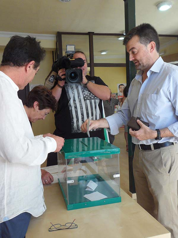 El coordinador regional de IU, Antonio Maíllo, ayer, votando en su colegio de Aracena. / El Correo